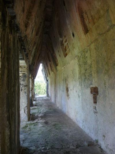 """Tzv. """"nepravý"""" oblúk v Paláci v Palenque. Oblúk je vytvorený vrstavmi kameňov so zmenšujúcou sa medzerou medzi nimi."""