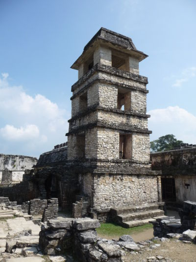 Pozorovacia vežička v Paláci v Palenque - s typicky manzardovou strechou, ktorá je charakteristická pre väčšinu budov v meste