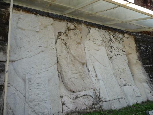 Kamenný reliéf v Palenque - zobrazuje vládcu K'an Balama II. a jeho šľachticov