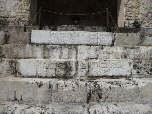 Kamenný reliéf v Palenque s typicky mayskými ornamentmi