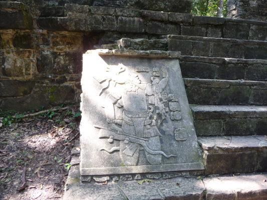 Kamenný reliéf v Palenque - zobrazuje mayského bojovníka