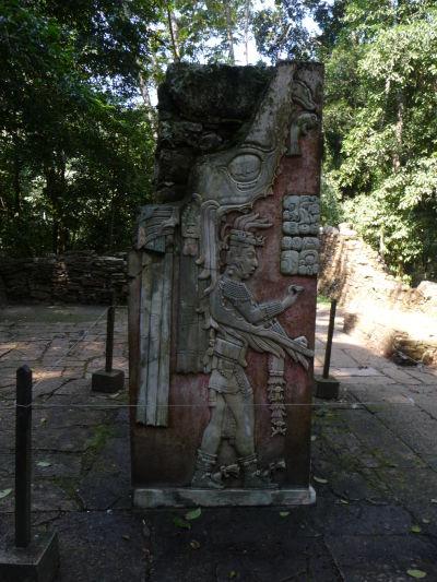 Jeden z najznámejších kamenných reliéfov v Palenque - zrejme kráľ Pakal II., je tu možné vidieť i zvyšky pôvodnej farby
