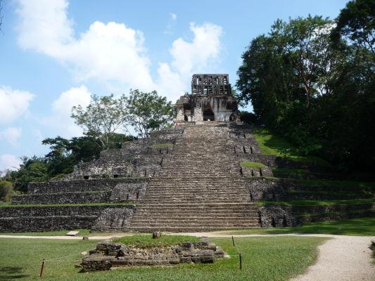 Chrám kríža v Palenque - pol pomenovaný podľa krížových ornamentov vytesaných v reliéfoch v jeho vnútri - jedna z pyramíd, na ktorú je možné sa vyškriabať a vychutnať si pohľad na celé nálezisko
