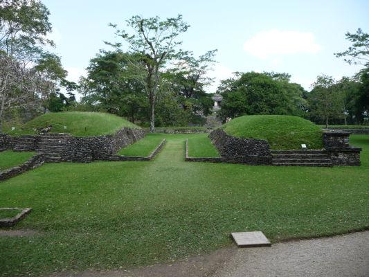 """Juego de Pelota v Palenque - miesto pre tradičnú mayskú loptovú hru, ktorá však bola skôr obradom než športom. Miesto pre hru (""""ihrisko"""") je možné vidieť prakticky v každom významnejšom mayskom meste"""
