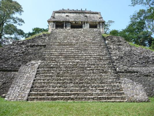 Gróf (El Conde) - jeden z chrámov v tzv. severnej skupine, pomenovaný podľa Jeana Fredericka Waldecka, ktorý v ňom nejaký čas žil a ktorý bol údajne grófom. Ide o jeden z typicky elegantných klasicistických mayských chrámov