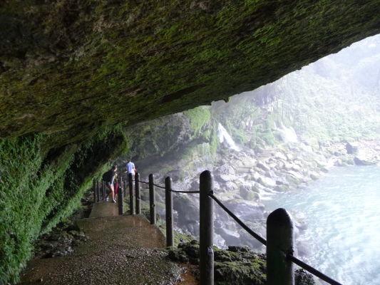 Cesta popod skaly poza vodopád Misol Ha neďaleko Palenque