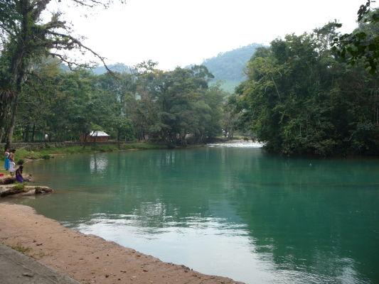 V sýto sfarbenej vode rieky Rio Xanil sa môžete pri kaskádach Agua Azul i okúpať