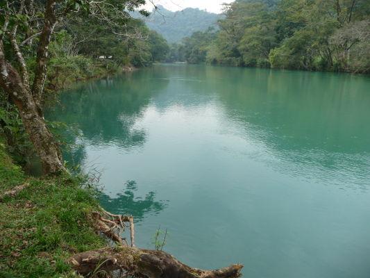 Minerály dodávajú vode v Agua Azul sýtu farbu