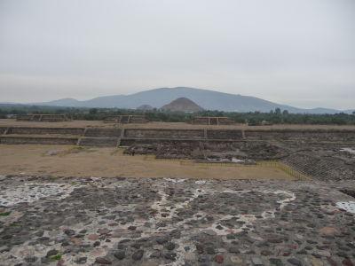 Pyramídy a Cerro Gordo, videné zo Ciudadely