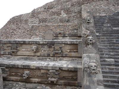 Operené hady na Quetzalcoatlovej pyramíde