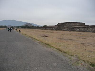 Ulica mŕtvych, vľavo Mesačná pyramída a Cerro Gordo, vpravo Slnečná pyramída