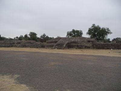 Ulicu mŕtvych lemuje množstvo takýchto platforiem, na ktorých kedysi zrejme stáli chrámy