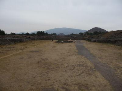 Pyramída Mesiaca v strede - Za ňou vrch Cerro Gordo, ktorý kopíruje, vpravo Pyramída Slnka
