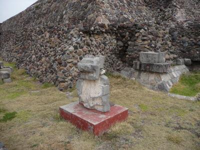 Pri úpätí pyramídy bolo nájdených množstvo artefaktov a sôch