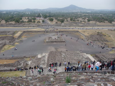 Pohľad zo Slnečnej pyramídy na námestie pred ňou