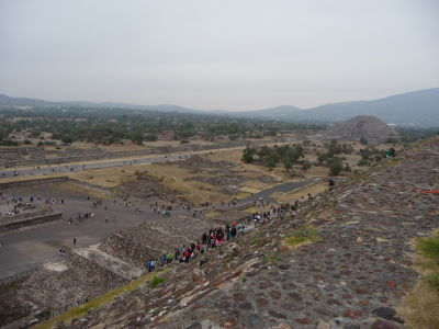 Pohľad z pyramídy na Ulicu mŕtvych a Mesačnú pyramídu (vpravo)