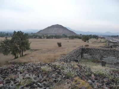Slnečná pyramída pri pohľade od úpätia Mesačnej pyramídy