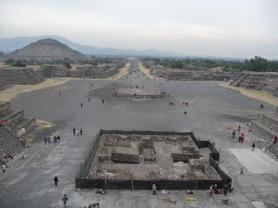 Pohľad z Mesačnej pyramídy na Ulicu mŕtvych, vľavo Slnečná pyramída