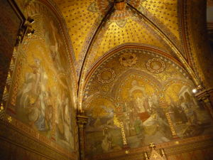 Bohato zdobený interiér Chrámu kráľa Mateja