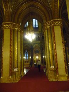 Maďarský parlament - Vchod pod kupolu, kde ležia korunovačné klenoty - Vo vitríne vidieť kráľovskú korunu