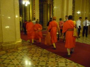 Maďarský parlament - Interiéry - Zaujímajú i budhistických mníchov