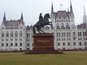 Jazdecká socha pred maďarským parlamentom