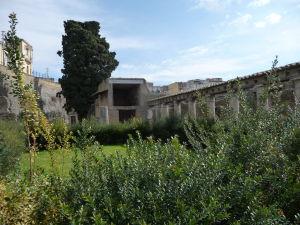Záhrada (hortus) Galbovej vily (Casa di Galba) so stĺporadím (perištýl)