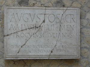 Nápis zo Sacello Augustali - Sídlo spolku pre uctievanie cisára, jedna z verejných budov v Herculaneu