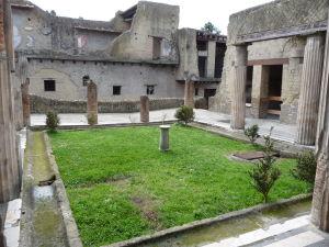 Záhrada (hortus) s perištýlom (stĺpmi) vo Vile s čiernym salónom (Casa del Salone Nero)