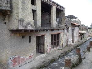 Jedna z menších uličiek a ruiny obytného domu