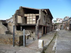 Hlavná západno-východná ulica Herculanea - Decumanus Maximus a ruiny obytných domov
