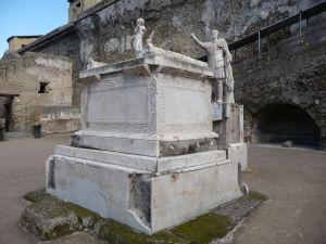 Oltár a socha Marca Nonia Balba