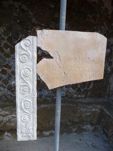Mramorové fragmety z oltára Marca Nonia Balba