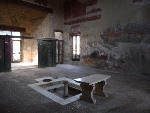 Átrium s mramorovým stolom v rímskej Vile drevenej steny (Casa del Tramezzo di Legno)