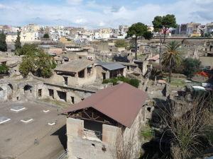 Dolu antické mesto Herculaneum, hore dnešné mesto Ercolano - a pod ním zvyšok antického mesta