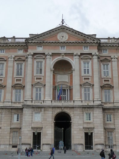 Vstupný portál kráľovského paláca Reggia v Caserte