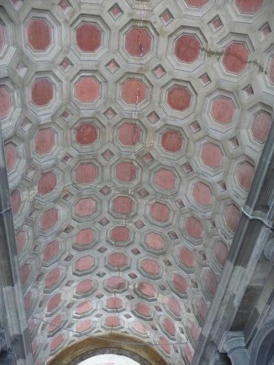 Zdobený strop vo vstupnej hale kráľovského paláca Reggia v Caserte
