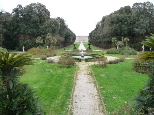 Park kráľovského paláca Reggia di Caserta - pohľad palác z prvej tretiny parku