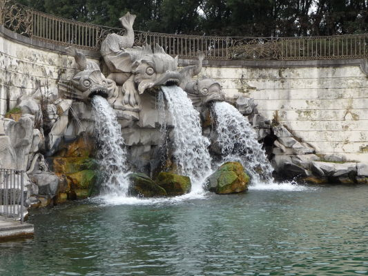 Fontána troch delfínov v parku kráľovského paláca Reggia di Caserta