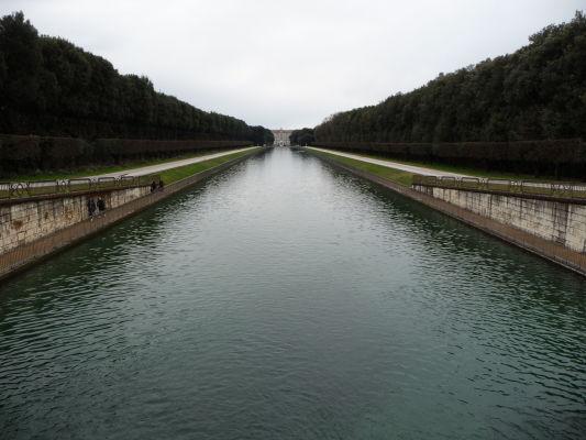 Vodný kanál v strede parku kráľovského paláca Reggia di Caserta