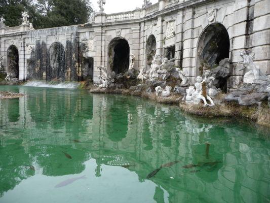 Fontána boha vetru Aeola v parku kráľovského paláca Reggia di Caserta
