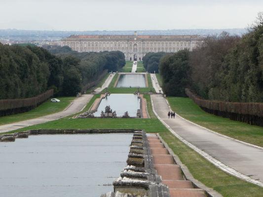 Park kráľovského paláca Reggia di Caserta - Kráľovský palác v diaľke