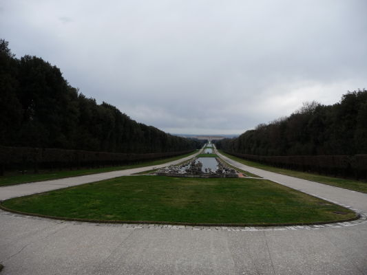 Park kráľovského paláca Reggia di Caserta (palác vidieť ďaleko v diaľke)