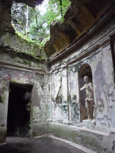 Antický panteón v botanickej záhrade kráľovského paláca Reggia di Caserta