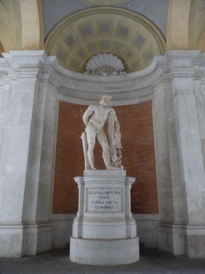 Socha Herkula pred vstupom do kráľovského paláca Reggia v Caserte