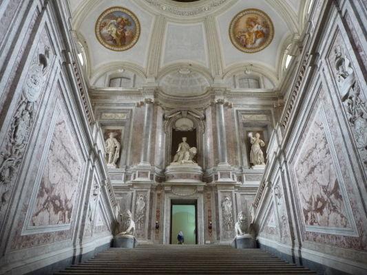 Monumentálne mramorové schodisko je hlavným vstupom do paláca a má za úlohu ohúriť návštevníka hneď v prvom momente - Kráľovský palác Reggia v Caserte