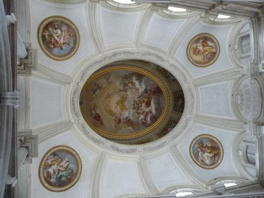 Strop nad monumentálnym vstupným schodiskom - Kráľovský palác Reggia v Caserte