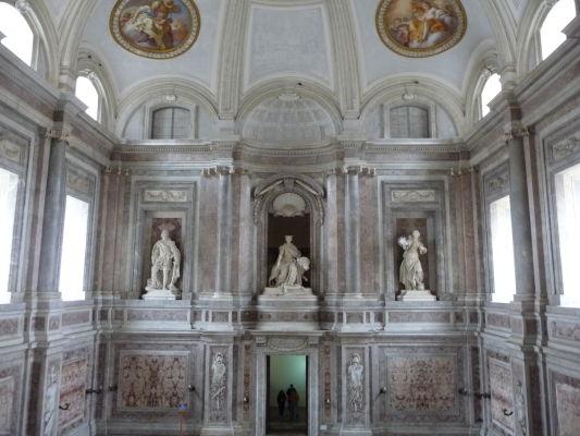 Horná časť nad monumentálnym vstupným schodiskom - Kráľovský palác Reggia v Caserte