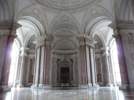 Za schodiskom sa dostanete do nemenej pôsobivej vstupnej haly - Kráľovský palác Reggia v Caserte