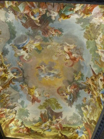 Na prvý pohľad baroková freska na strope je v skutočnosti neoklasicistická - stačí sa pozrieť na jednotlivé postavy, ktoré sú jasne antické - Kráľovský palác Reggia v Caserte